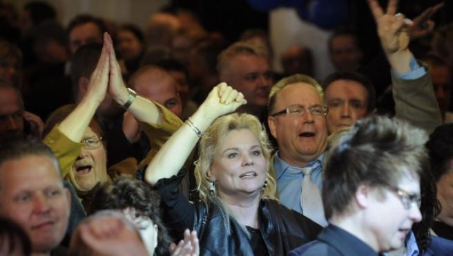 Seguidores del partido Verdaderos Finlandeses celebran en Helsinki.