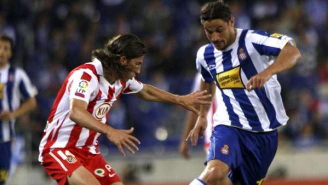 Osvaldo, delantero del Espanyol, defendido por Filipe Luis, lateral del Atlético.