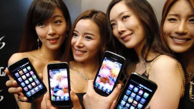 Vrias modelos posan con el Samsung Galaxy S.