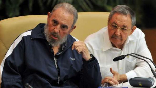 El expresidente cubano Fidel Castro (i), y el actual mandatario, Raúl Castro (d), durante la clausura del VI Congreso del Partido Comunista de Cuba en La Habana, el 19 de abril de 2011.