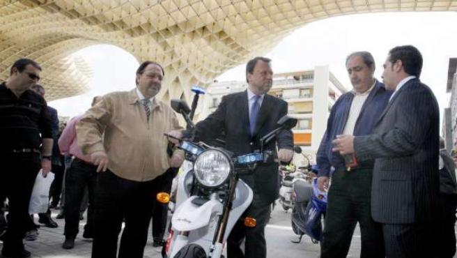 El Alcalde Examina Una De Las Motos Eléctricas.