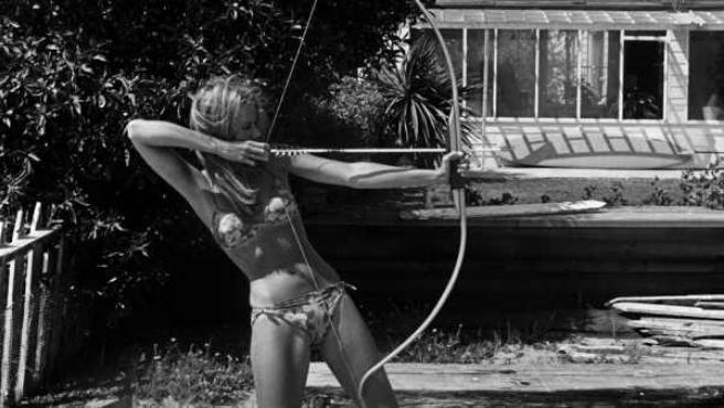 Retrato de Dennis Hopper de la actriz Jane Fonda practicando el tiro con arco