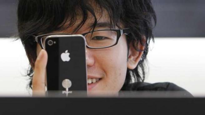 Un cliente prueba el nuevo iPhone 4 en una tienda Apple de Tokio.