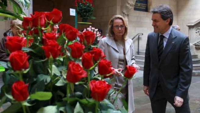 El presidente catalán, Artur Mas, protagonizó su primer Sant Jordi como jefe del ejecutivo con una austera recepción en el Palau de la Generalitat.