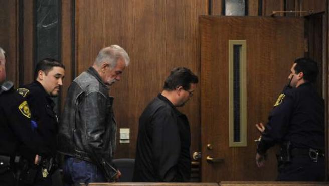 El pastor de Florida Terry Jones (segundo por la izda) y su asociado Wayne Sapp (centro) salen de una corte en Dearborn, EE UU.