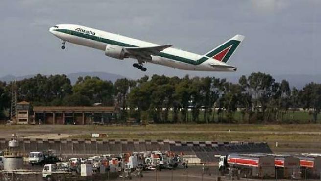 Imagen de archivo de un avión de Alitalia despegando del aeropuerto romano de Fiumicino.