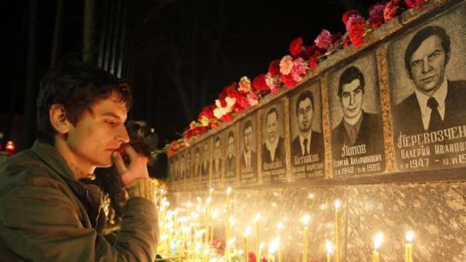 Velas y flores para recordar a las víctimas de Chernóbil
