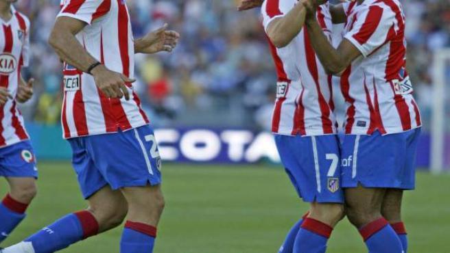 Los jugadores del At. de Madrid, Diego Forlan (2d) y Elias (d), celebran el primer gol del equipo rojiblanco.
