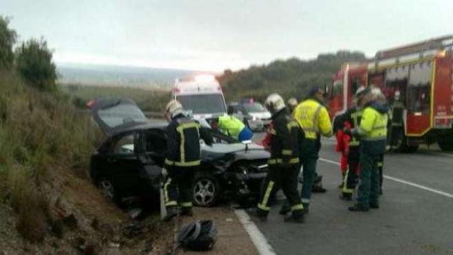 Imagen de archivo de los equipos de Emergencias atendiendo un accidente de tráfico.