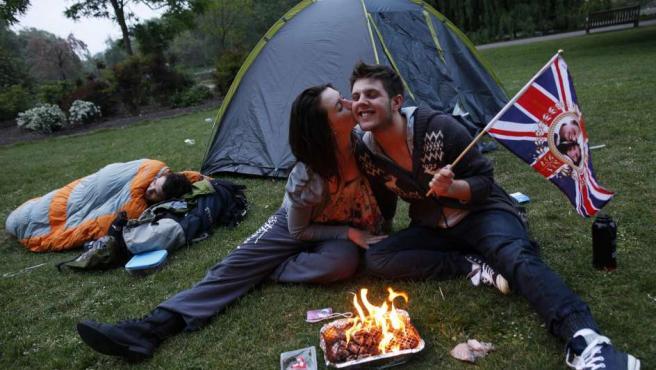 Una pareja acampa en el parque Saint James mientras espera para ver a Kate Middleton.