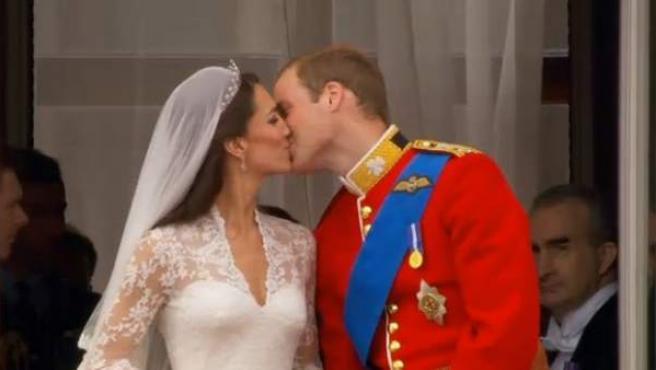 El beso de Kate Middleton, princesa Catalina y el príncipe Guillermo.