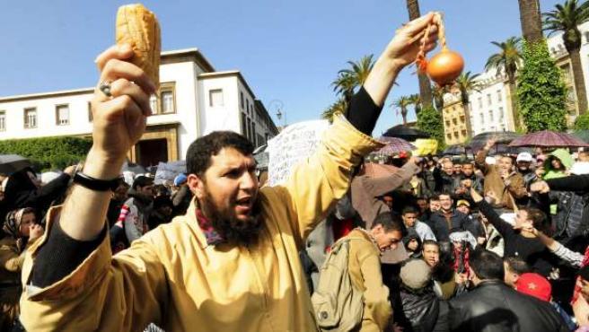 Imagen de una manifestación que ha tenido lugar en Rabat (Marruecos), convocada para pedir reformas políticas y limitar los poderes del rey.