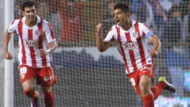 Kun Agüero, delantero del Atlético de Madrid, celebra su gol ante el Deportivo junto a José Antonio Reyes.