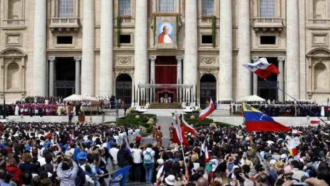 En la ceremonia de beatificación del papa Juan Pablo II han desplegado un retrato gigante en la plaza de San Pedro del Vaticano (Roma).
