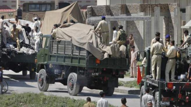 Soldados y residentes de la localidad de Abbottabad (Pakistán), al lado del complejo donde residía Bin Laden.