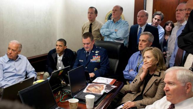 Icónica imágen en la que el presidente de EE UU Barack Obama, junto a varios miembros del equipo de seguridad nacional estadounidense, sigue en riguroso directo la misión que acabó con la caputra y muerte de Osama bin Laden en Pakistán.