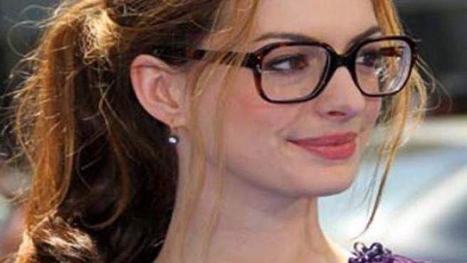 A la última con sus gafas de pasta XXL estilo empollona de clase.