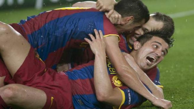 El Barça celebra el gol de Pedro.