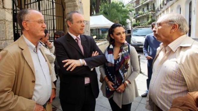 Durán Y González (En El Centro) Con Miembros De La Fundación Emet Arco Iris