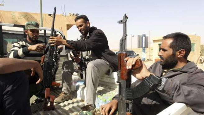 Combatientes rebeldes libios vigilan en la parte libia del paso fronterizo de Wazin, entre Túnez y Libia.