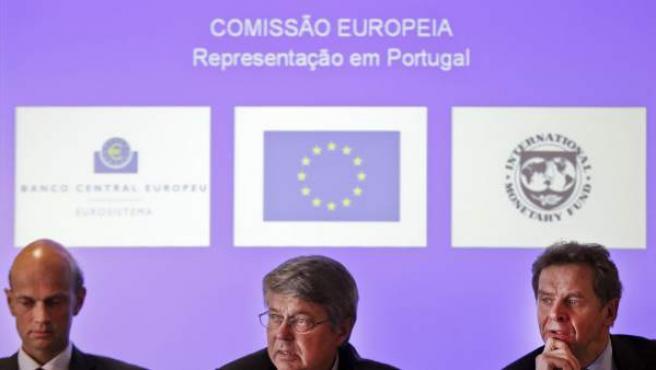 El representante del Fondo Monetario Internacional (FMI), Poul Thomson (d), el representante del Banco Central Europeo, Rasmus Ruffer (i) y el representante de la Comisión Europea, Juergen Kroeger (c), durante una rueda de prensa conjunta.