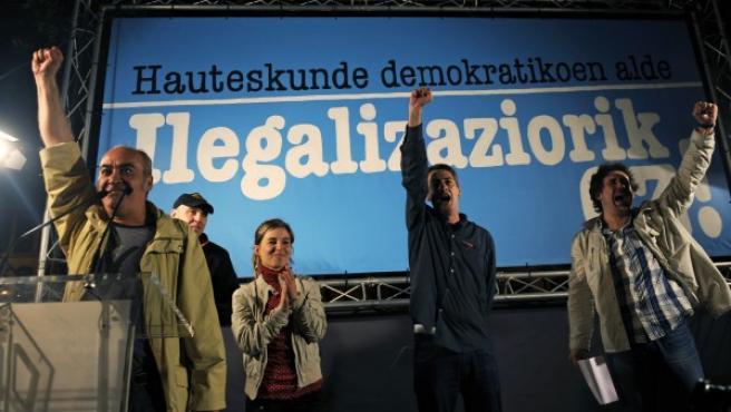 Representantes de la coalición electoral Bildu celebran en Bilbao la decisión del Constitucional que les permite presentarse a las elecciones del 22-M.