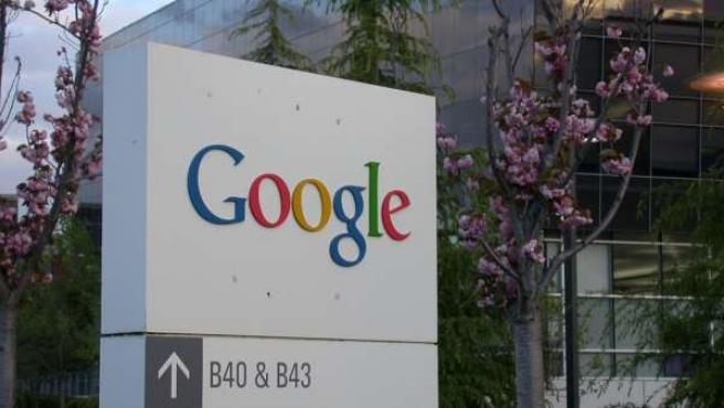Cartel a las puertas de un edificio de Google.