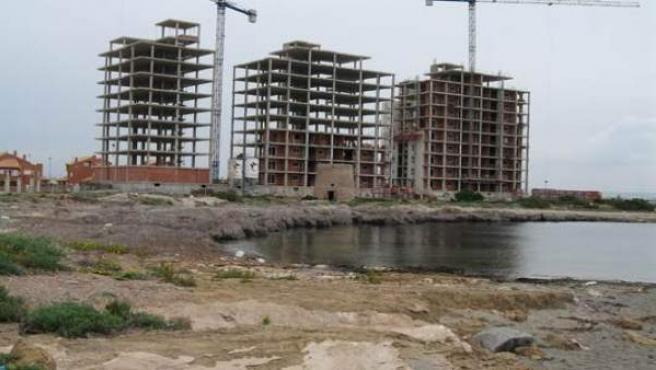 Varios bloques de viviendas en construcción.