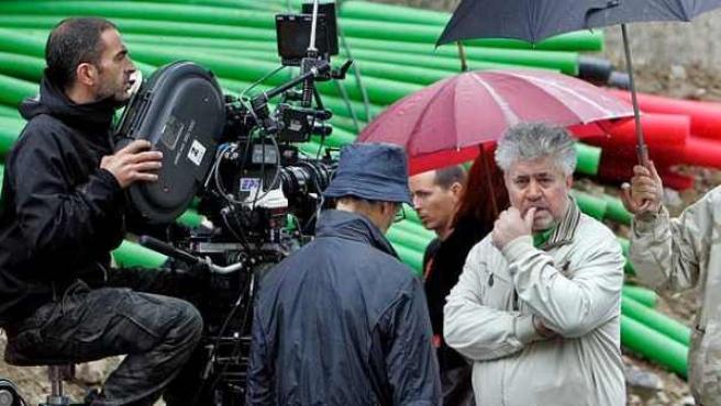 Pedro Almodóvar, durante el rodaje de 'La piel que habito'.