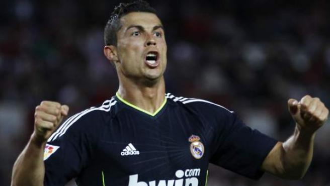 Cristiano Ronaldo, delantero del Real Madrid, celebra uno de sus cuatro goles ante el Sevilla.