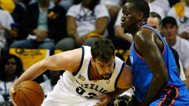 El jugador de los Grizzlies de Memphis Marc Gasol (i) disputa la posesión del balón con Kendrick Perkins (d) de los Thunder.