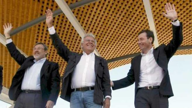 El candidato del PSOE al ayuntamiento de Madrid, Jaime Lissavetzky (i); el candidato socialista a la Comunidad de Madrid, Tomás Gómez (d) y el expresidente del Gobierno, Felipe González (c), saludan a los asistentes durante el acto electoral en la capital.