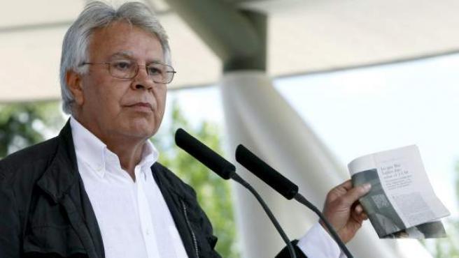 El expresidente del Gobierno, Felipe González, sostiene un recorte de periódico durante su intervención el acto electoral que han celebrado los socialistas madrileños en la capital.