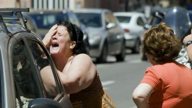 La suegra de la víctima muestra su dolor tras conocer la noticia en el lugar de los hechos.