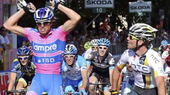 Alessandro Petacchi supera en el esprint a Mark Cavendish en un final muy polémico en la segunda etapa del Giro de Italia.