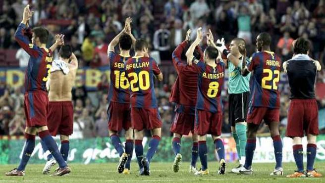 Los jugadores del Barcelona celebran la victoria ante el Espanyol agradeciendo al público del Camp Nou su apoyo.