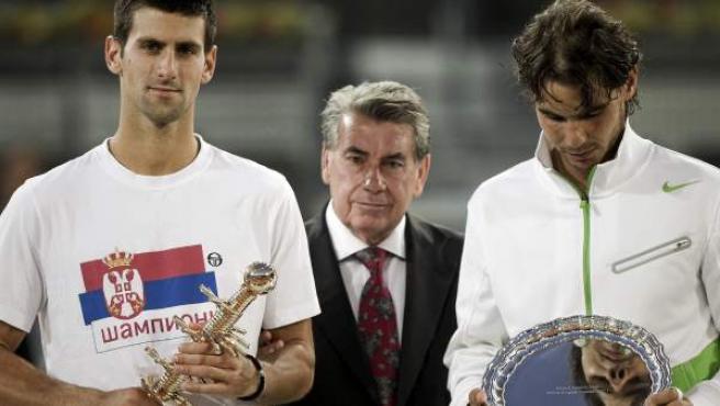 Novak Djokovic y Rafa Nadal reciben de manos de Manolo Santana los trofeos como campeón y subcampeón, respectivamente, del Masters 1.000 de Madrid.