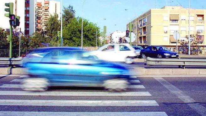 Un coche pasa por un paso de peatones a gran velocidad.