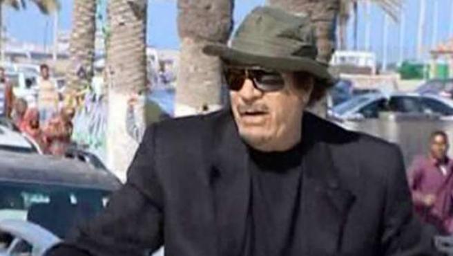 Gadafi da un paseo por Trípoli saludando a los peatones, en una imagen de la televisión estatal libia.