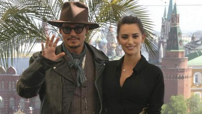 Penélope Cruz y Johnny Depp posan para los medios durante la presentación de la cuarta entrega de 'Piratas del Caribe', en Moscú.