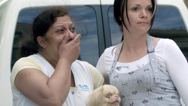 Dos mujeres en la calle Galicia de Lorca, una de las afectadas por el terremoto de 5,2 grados.