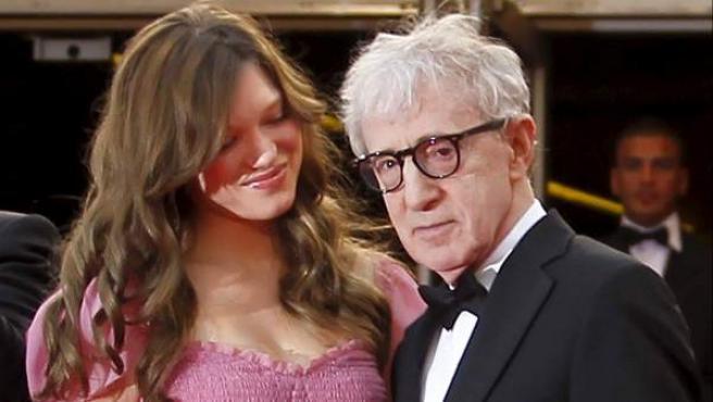 Woody Allen y Lea Seydoux posan antes de la proyección de Midnight in Paris' en Cannes.