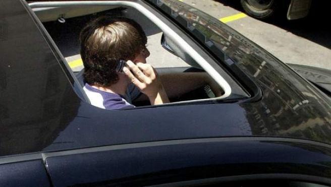 Hablar por el móvil es una distracción muy frecuente al volante de un vehículo.