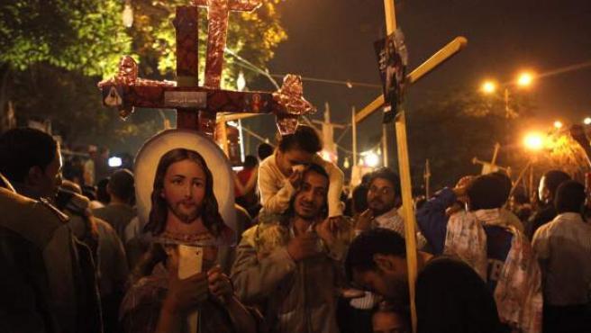 Manifestantes cristianos protestan delante de la sede de la televisión estatal en El Cairo.