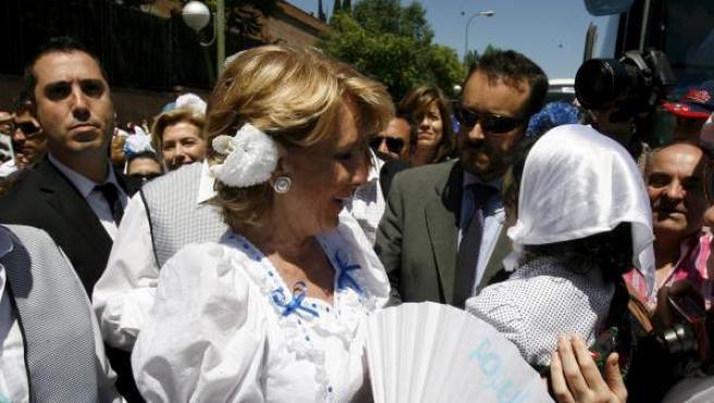 La presidenta de la Comunidad de Madrid y candidata a la reelección, Esperanza Aguirre, en su visita a la Pradera de San Isidro.
