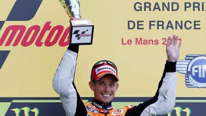 Casey Stoner celebra su victoria en el Gran Premio de Le Mans.