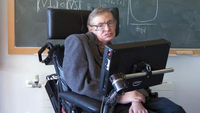 El científico Stephen Hawking padece esclerosis lateral amiotrófica.