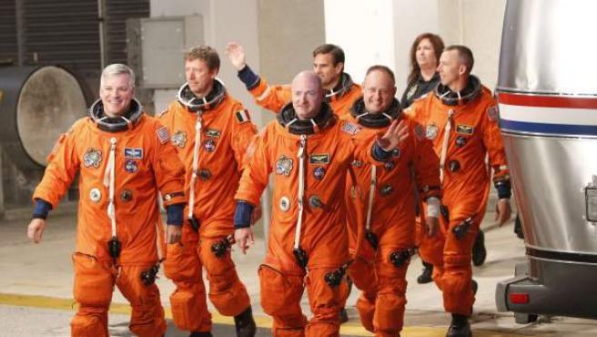La tripulación del Endeavour, poco antes de su despegue.