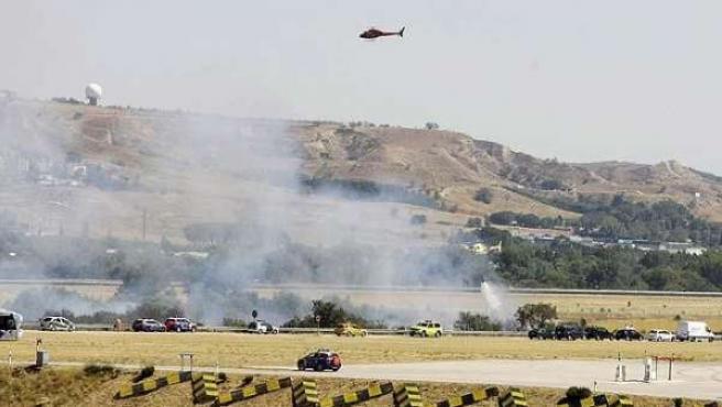Los equipos de emergencias en el lugar donde se estrelló el avión de Spanair en Barajas, el 20 de agosto de 2008.