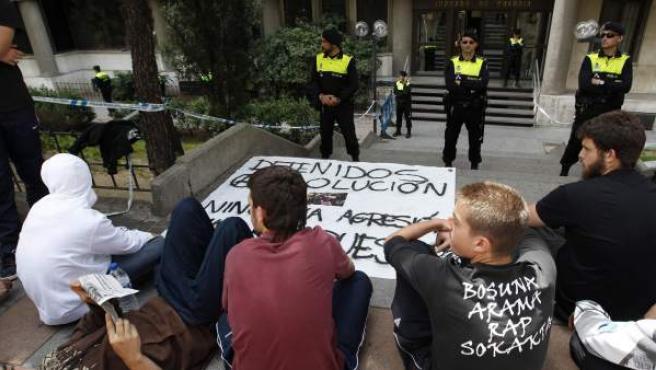 """Algunas de las personas que se han concentrado a las puertas de los Juzgados de Plaza de Castilla para pedir la liberación de los detenidos en la manifestación del domingo para pedir """"democracia real""""."""